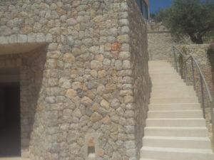 Lateral fachada forrada en piedra caliza
